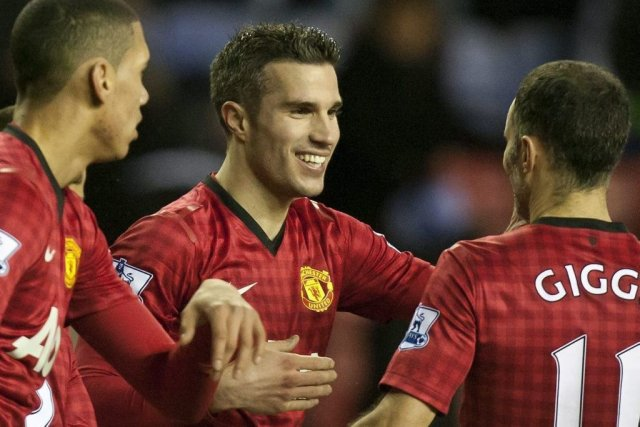 Robin van Persie, au centre, célèbre avec ses... (Photo JON SUPER, Associated Press)
