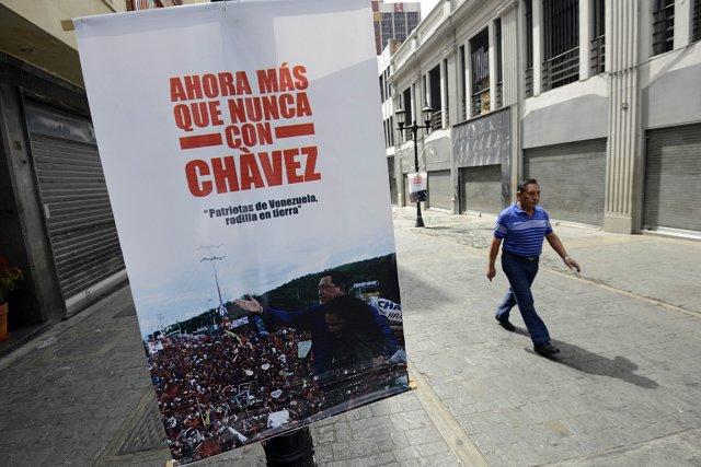 «Maintenant plus que jamais avec Chavez», peut-on lire... (Photo: AFP)