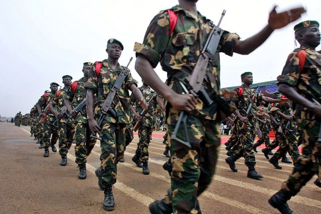 Une parade de soldats de la Centrafrique, en... (Photo: archives AFP)