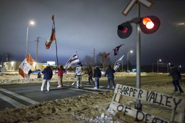 Les manifestants associés à la Première Nation Aamjiwnaang... (Photo Geoff Robins, La Presse Canadienne)