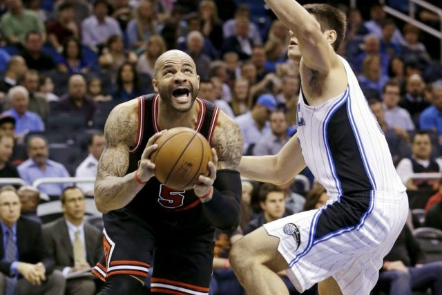 Carlos Boozer et Nikola Vucevic.... (Photo John Raoux, Associated Press)