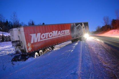 Un camion de livraison s'est retrouvé en bien fâcheuse position mercredi en... (Imacom, René Marquis)