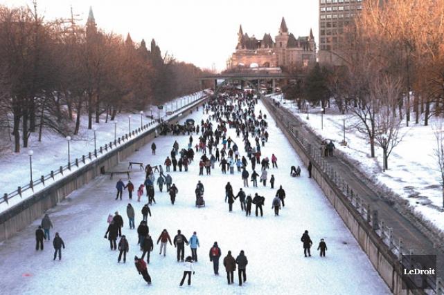 Le canal rideau maintenant ouvert en entier aux patineurs for Piscine patinoire