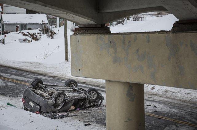 La neige accumulée en bordure de la chaussée... (Photo Olivier Pontbriand, La Presse)