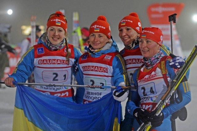L'équipe ukrainienne de biathlon célèbre après sa victoire.... (Photo: AFP)