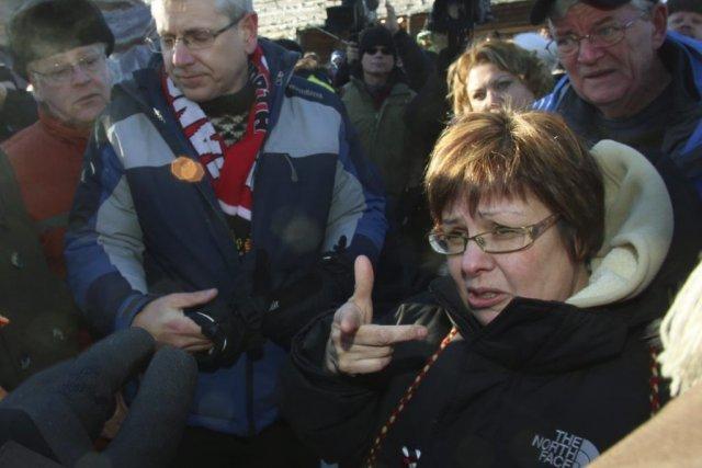 Theresa Spence, à droite,poursuit sa grève de la... (Photo Fred Chartran, PC)