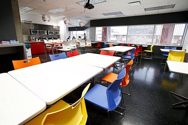 La salle à manger de l'entreprise est grande,... (Le Soleil, Yan Doublet)
