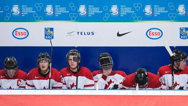 Les joueurs d'Équipe Canada junior et les partisans... (La Presse Canadienne)