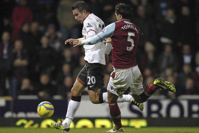 Robin Van Persie de Manchester United contrôle le... (IPhoto Ian Kington, Agence France-Presse)