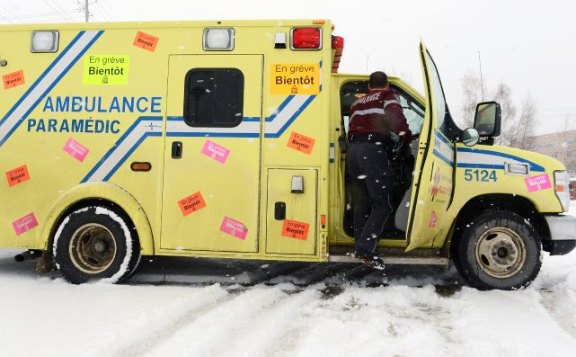 Les ambulanciers du Québec affiliés à la FSSS-CSN, en grève depuis le 24... (Imacom, Jessica Garneau)