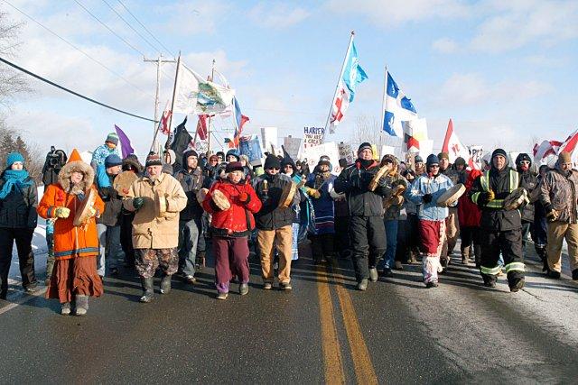La marche de Gesgapegiag a entravé la circulation... (Photo collaboration spéciale Gilles Gagné)