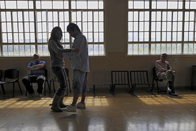 Une infirmière danse en compagnie d'un patient à... (PHOTO DANIEL GARCIA, AFP)