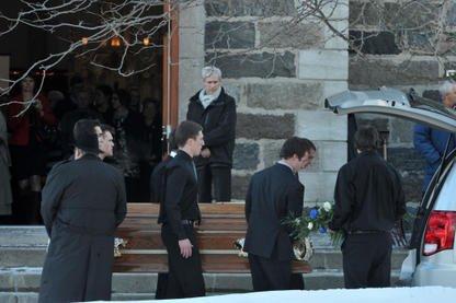 Quelques centaines de personnes ont rendu un dernier hommage samedi après-midi... (Photo Stéphane Lessard)