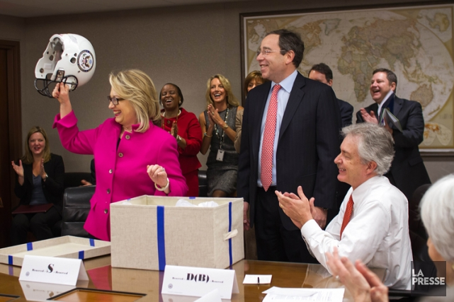 Hillary Clinton a obtenu un casque de football... (Photo: AFP)