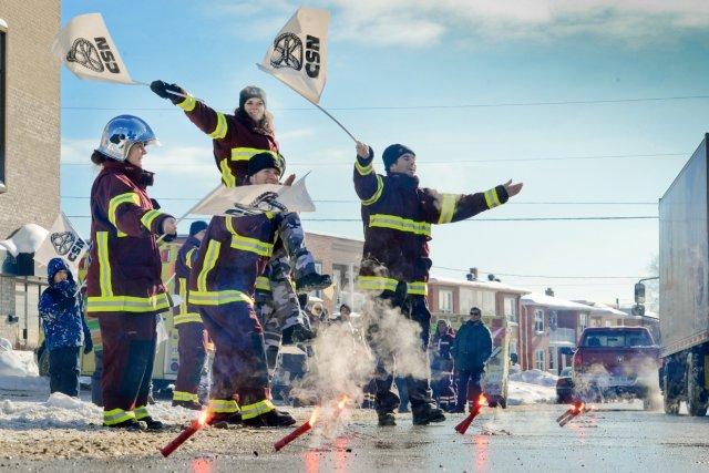Une vingtaine d'ambulanciers ont manifesté lundi à Sherbrooke... (La tribune, Jocelyn Riendeau)