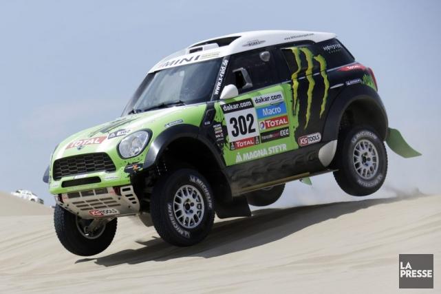 La voiture du Français Stephane Peterhansel... (Photo Jacky Naegelen, Reuters)