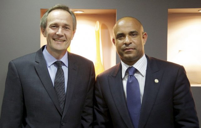 Laurent Lamothe (à droite) en compagnie de l'ambassadeur... (Photo PC)