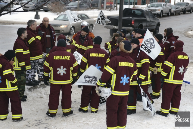 Pour une seconde fois depuis le 21 décembre, les Paramédics en grève du... (Photo Jeannot Lévesque)