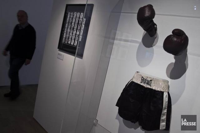 Les gants de boxe et le maillot que... (Photo: AFP)