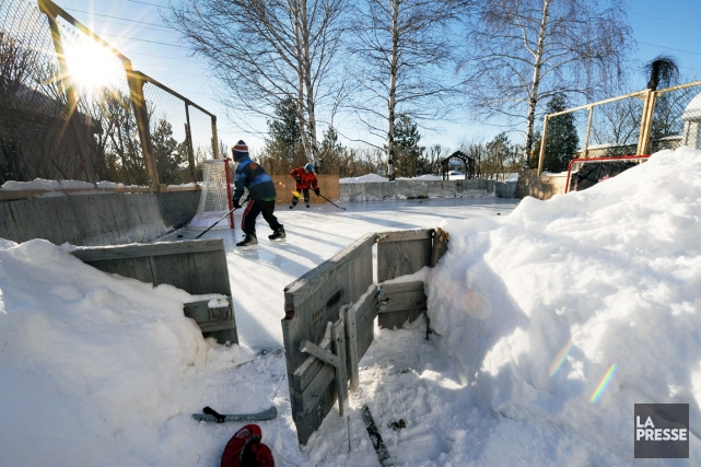 Au Québec,la fréquentation des patinoires extérieures est à... (PHOTO ÉRIK LABBÉ, LE SOLEIL)