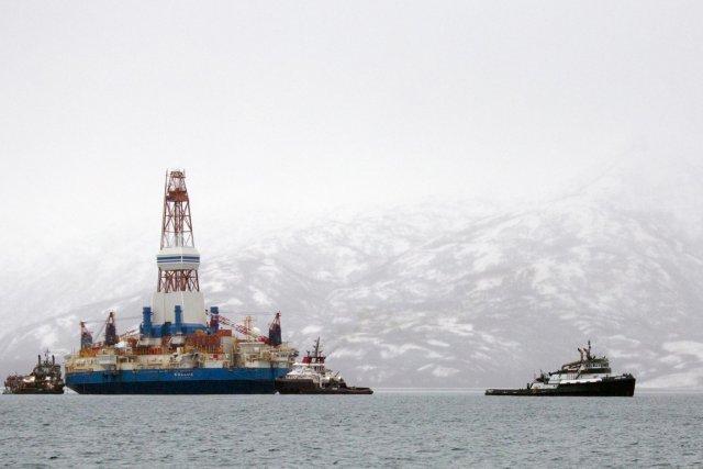 Les amarres qui liaient la plateformeKulluk à son... (PHOTO TIM AUBRY, GREENPEACE, AFP)