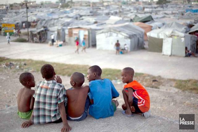 Ces petits garçons sont assis sur le toit... (Photo AP)