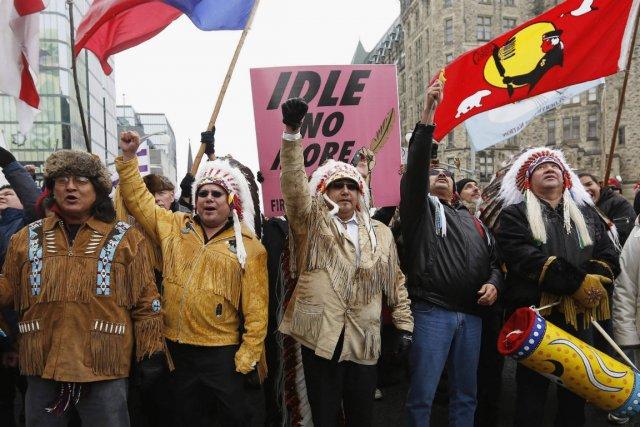 Des membres des Premières nations ont manifesté devant... (Photo Chris Wattie, Reuters)