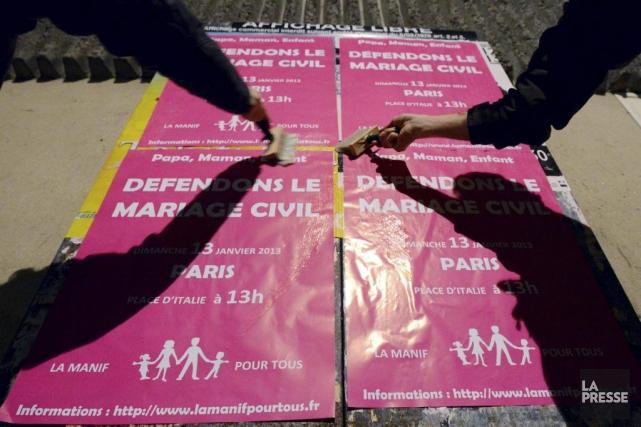 Des militants de Nantes collent des affiches annonçant... (PHOTO DAMIEN MEYER, AFP)
