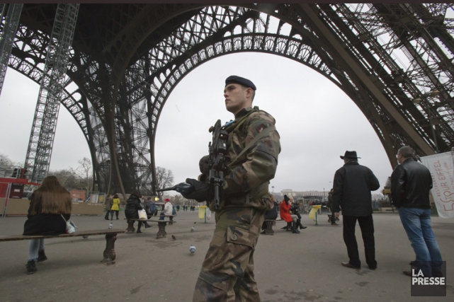 Un soldat français en patrouille près de la... (Photo: AP)