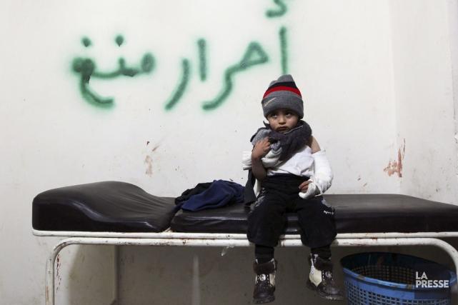 Un jeune garçon blessé lors d'un bombardement des... (PHOTO MUZAFFAR SALMAN, REUTERS)