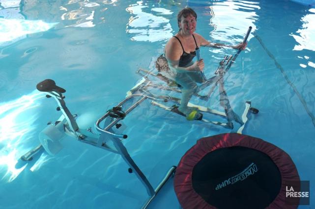 On voit Dominique Bolduc dans sa piscine sur... (Photo: Stéphane Lessard)