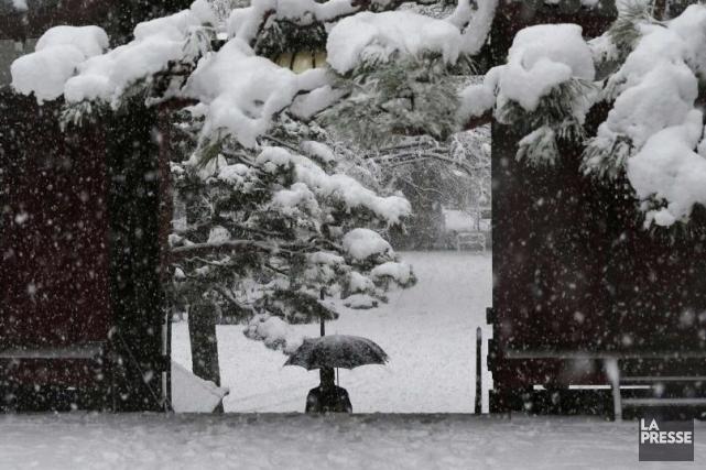 Promenade sous la neige au coeur de Tokyo.... (Photo Reuters)
