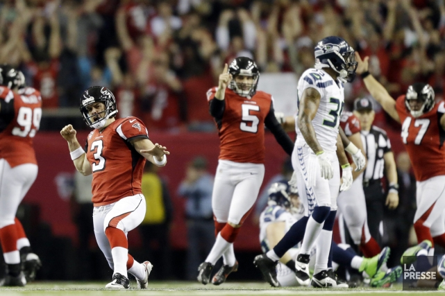 Matt Bryant (à gauche) a réussi un placement... (Photo: AP)