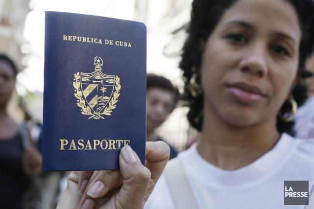 Les Cubains, dont le salaire mensuel moyen est... (PHOTO ENRIQUE DE LA OSA, REUTERS)