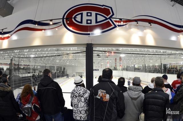 Les partisans étaient nombreux dimanche au Complexe sportif... (Photo: Bernard Brault, La Presse)