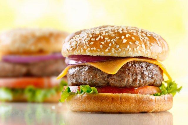 Trois repas ou plus de type hamburger par... (Relaxnews)