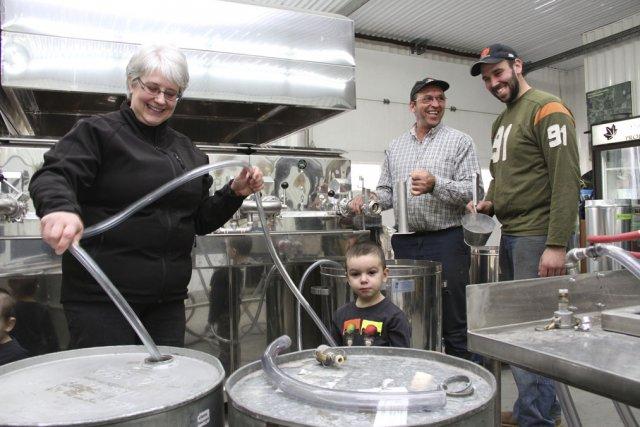 Sylvie Brien, Michel Côté et leur fils ... (photo alain dion)