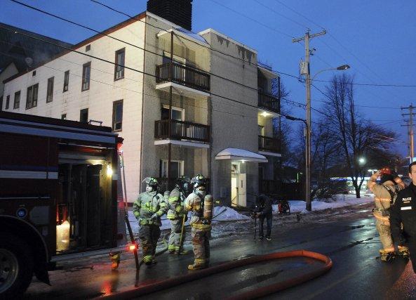 Les pompiers de Saguenay ont rapidement maîtrisé le... (Photo Rocket Lavoie)