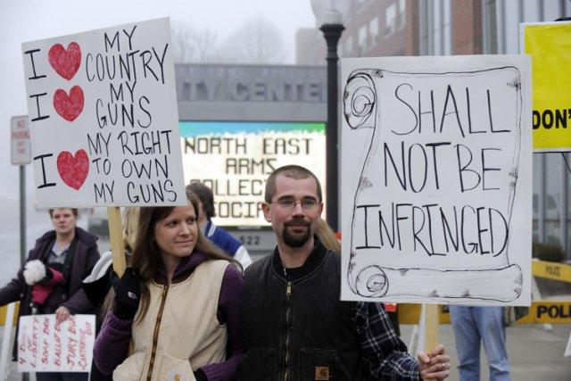 Des militants pro-armes ont manifesté samedi à Saratoga... (Photo: Reuters)