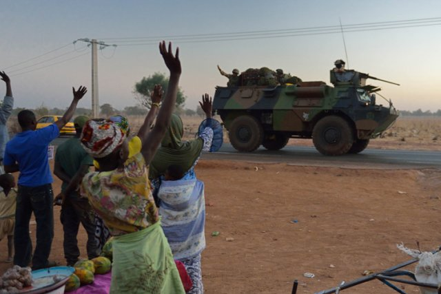 Des habitants de Bamako saluent les troupes françaises... (Photo: AFP)