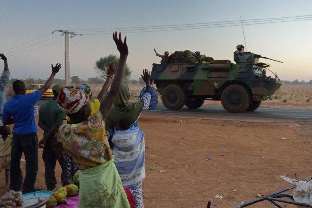 Des Maliens saluent dessoldats français déployés au payspour... (PHOTO ERIC FEFERBERG, AFP)