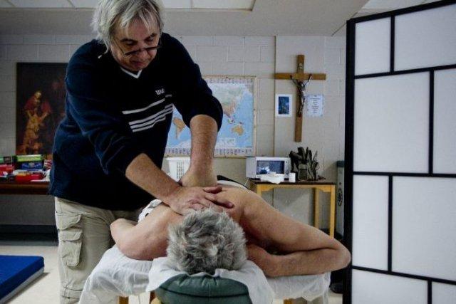 Gérard Piquemal offre bénévolement des soins de massothérapie... (Marco Campanozzi)
