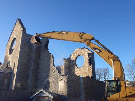 Les opérations de démolition se poursuivent .... (Patrick Woodbury, LeDroit)
