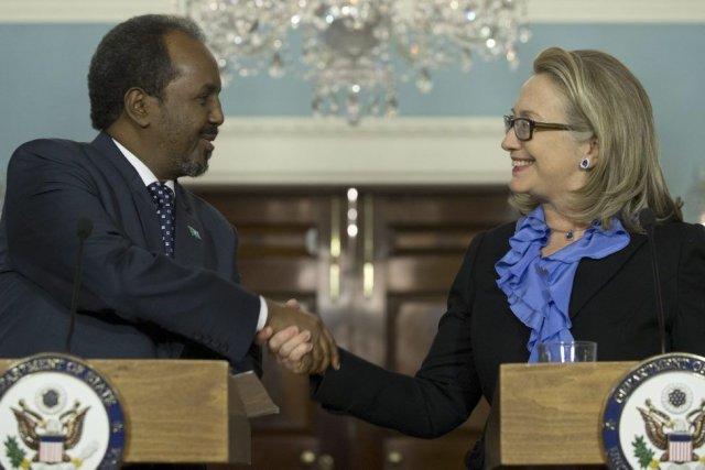 Le président somalien Hassan Cheikh Mohamoudet la secrétaire... (PHOTO SAUL LOEB, AFP)