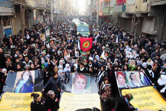 Des dizaines de milliers de personnes ont rendu... (PHOTO MEHMET ENGIN, AFP)