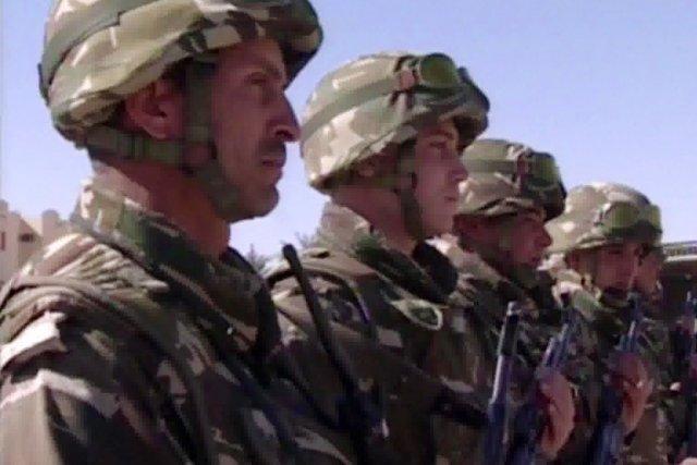 Des soldats algériens sont massésà proximité du complexe... (IMAGE AFP/ENNAHAR TV)