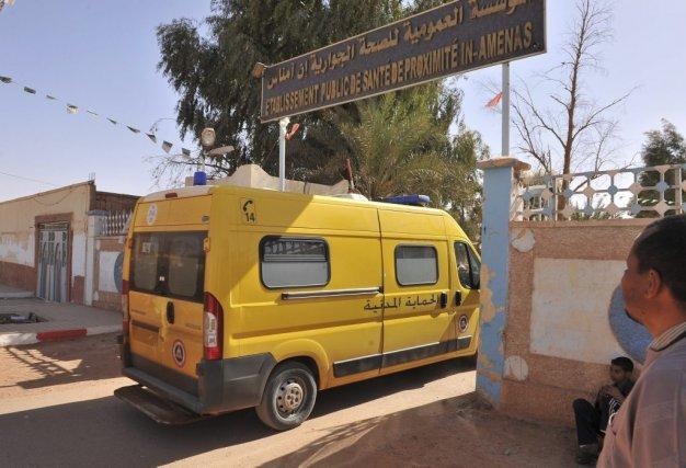 Une ambulance pénètre dans l'hôpital situé près du... (Anis Belghoul)