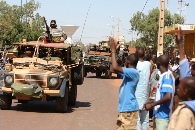 Des résidants de San, au centre du Mali,... (Photo Harouna Traore, AP)