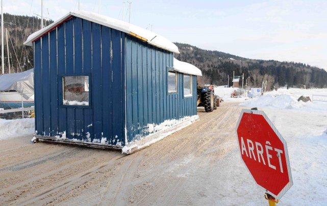 Depuis ce matin à 8 heures, l'embarquement massif des cabanes de pêche dans le... ((Archives))