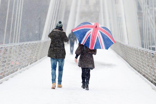La neige a forcé l'annulation de centaines de... (Photo: AFP)